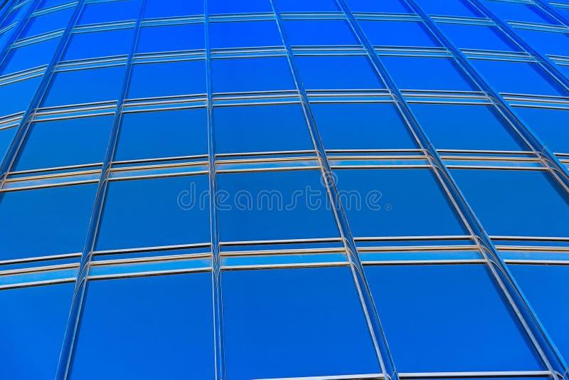 Parede de vidro azul moderna do arranha-céus imagens de stock royalty free