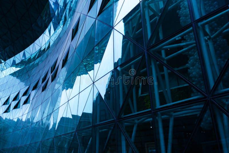Parede de vidro azul no prédio de escritórios imagem de stock royalty free