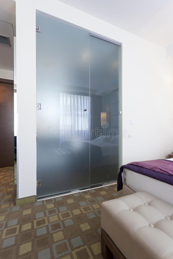 Parede de vidro do banheiro na sala de hotel foto de stock royalty free