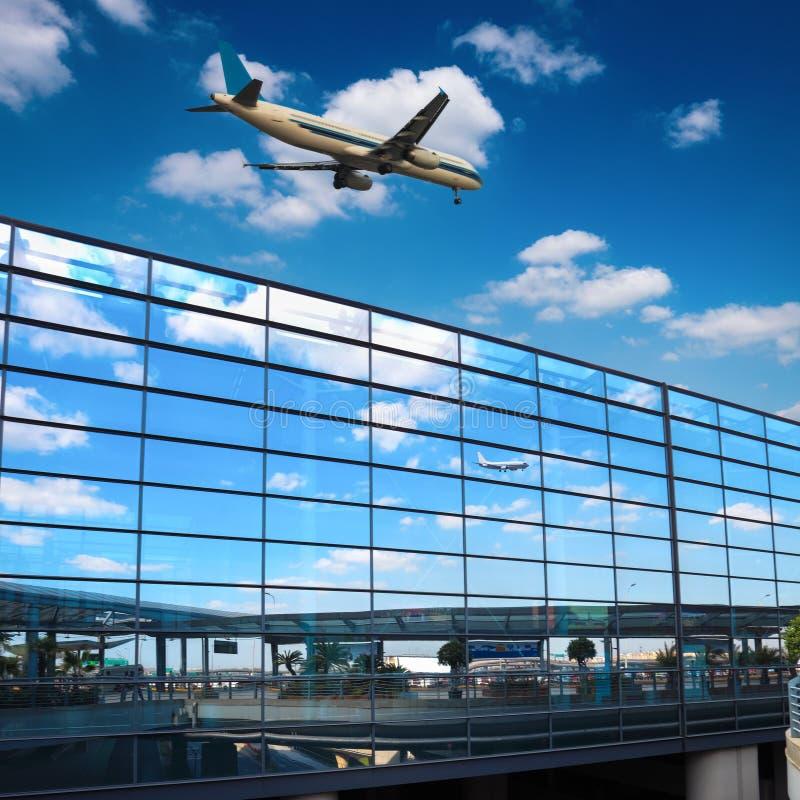 Parede de vidro do espelho moderno do aeroporto foto de stock