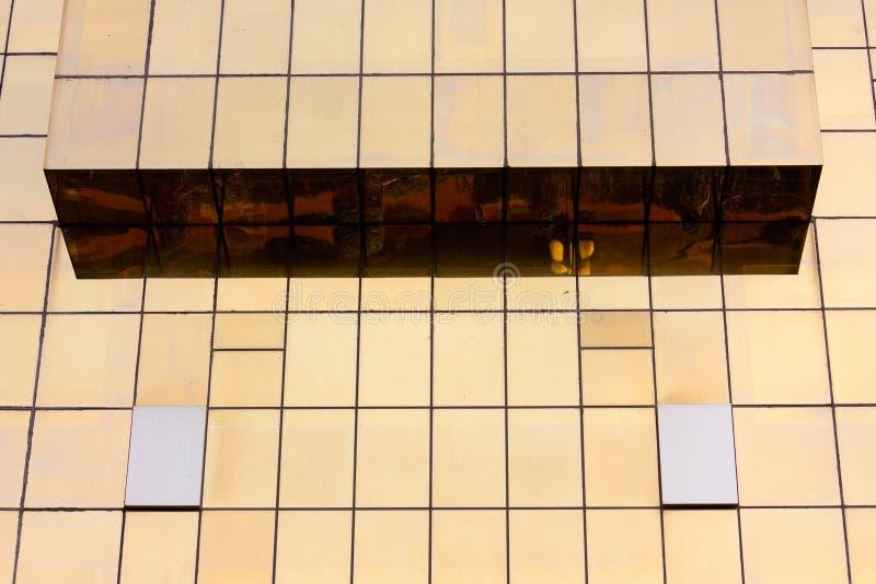 Parede de vidro do prédio de escritórios dourado fotografia de stock