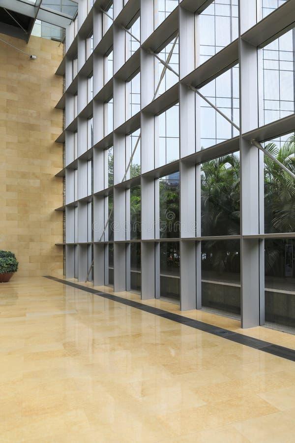 Parede de vidro do prédio de escritórios moderno, dentro da construção comercial, construção moderna do negócio fotografia de stock royalty free