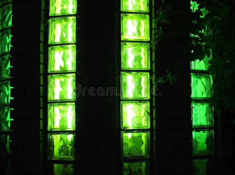 Parede decorativa com luzes verdes na noite imagem de stock royalty free