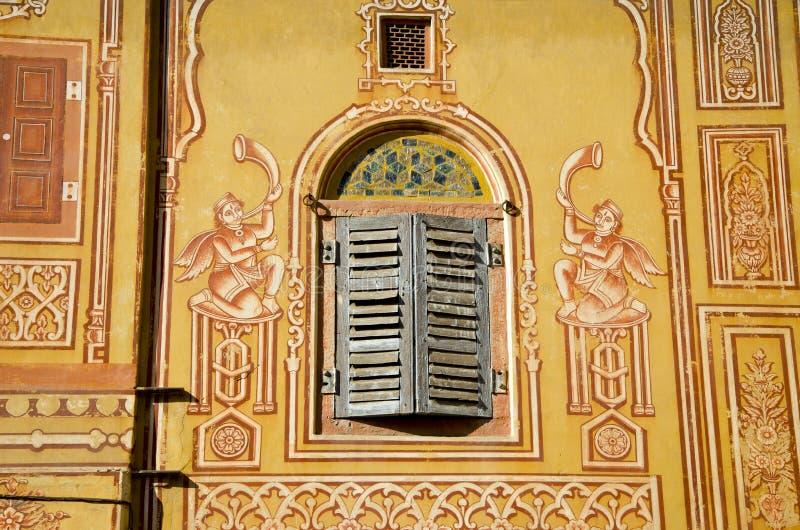 Parede decorativa e indicador de madeira em Jaipur, India imagem de stock royalty free