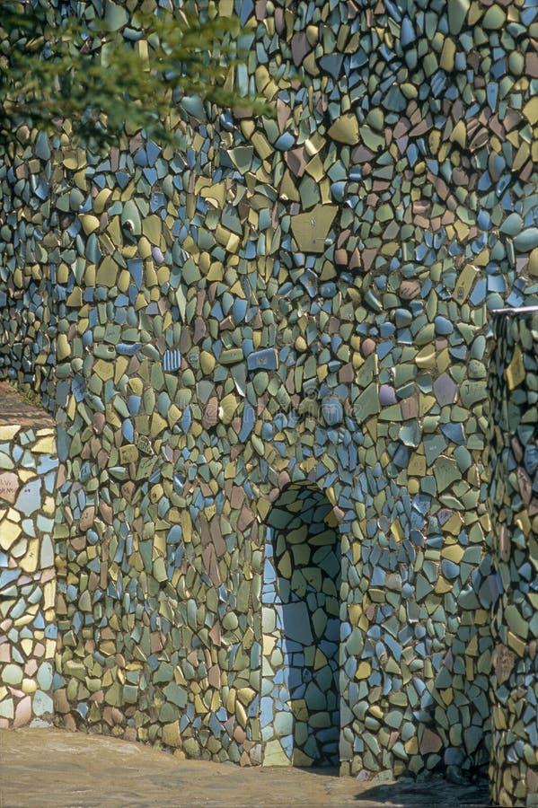 Parede decorativa feita da microplaqueta pequena da telha no jardim de rocha na ÍNDIA do território de união de Chandigarh foto de stock royalty free