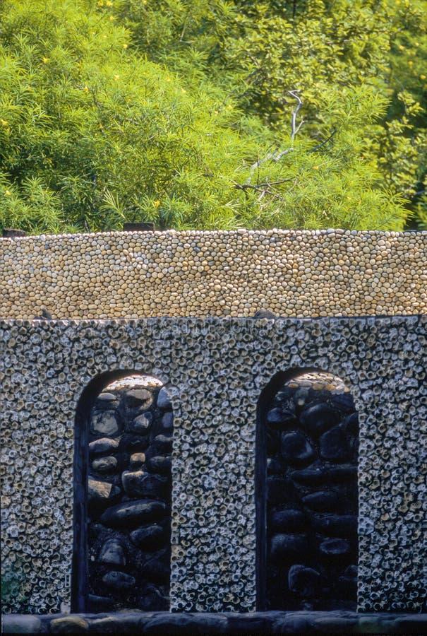 Parede decorativa feita da microplaqueta pequena da telha no jardim de rocha na ÍNDIA do território de união de Chandigarh imagem de stock royalty free