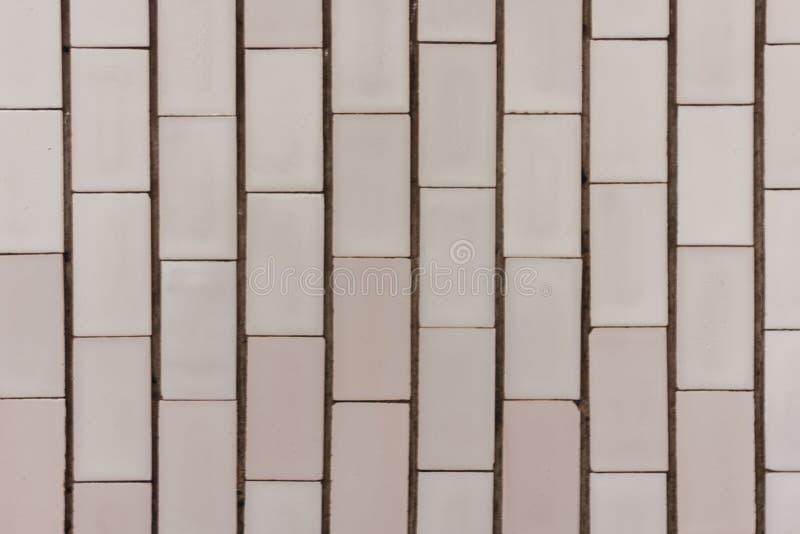 """Parede do †de pedra da textura a """"com branco e aumentou fundo do ladrilho na construção histórica foto de stock royalty free"""