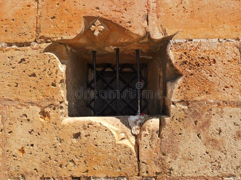 Parede do castelo com barras de janela fotografia de stock royalty free