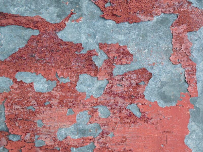 Parede do cimento do cinza com descascamento, textura vermelha resistida da pintura foto de stock royalty free