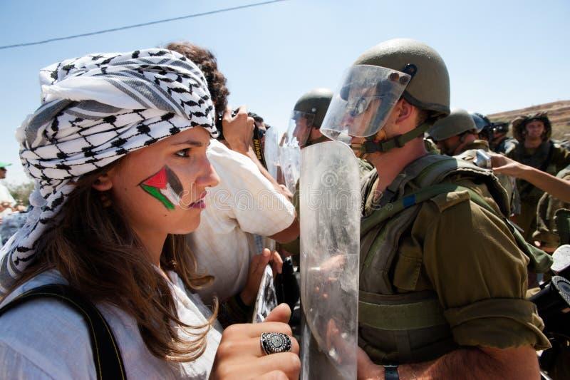 Parede do Israeli do protesto dos activistas imagens de stock