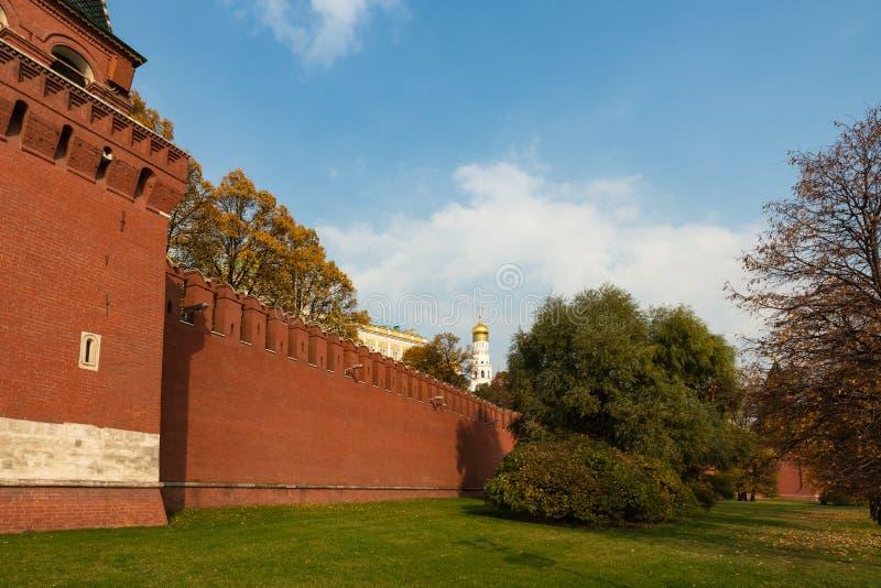 Parede do Kremlin de Moscou no outono fotografia de stock