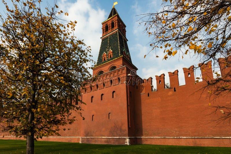 Parede do Kremlin de Moscou do tijolo vermelho Segunda torre anônimo fotografia de stock royalty free