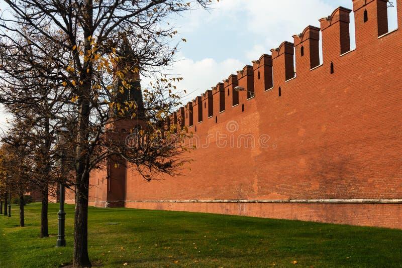 Parede do Kremlin de Moscou do tijolo vermelho Segunda torre anônimo fotos de stock royalty free
