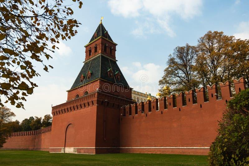 Parede do Kremlin de Moscou do tijolo vermelho Torre de Tainitskaya foto de stock