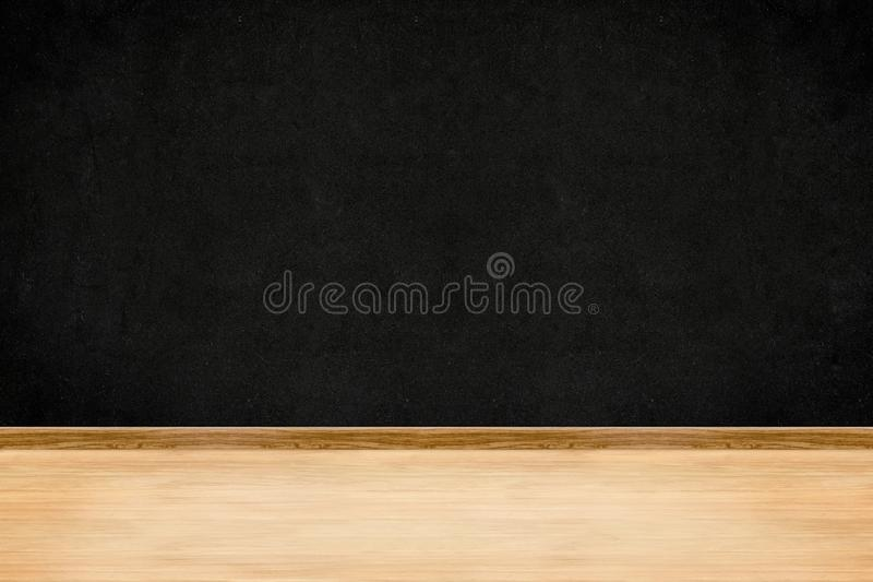 Parede do quadro-negro da perspectiva da sala e fundo interior do assoalho de madeira foto de stock royalty free