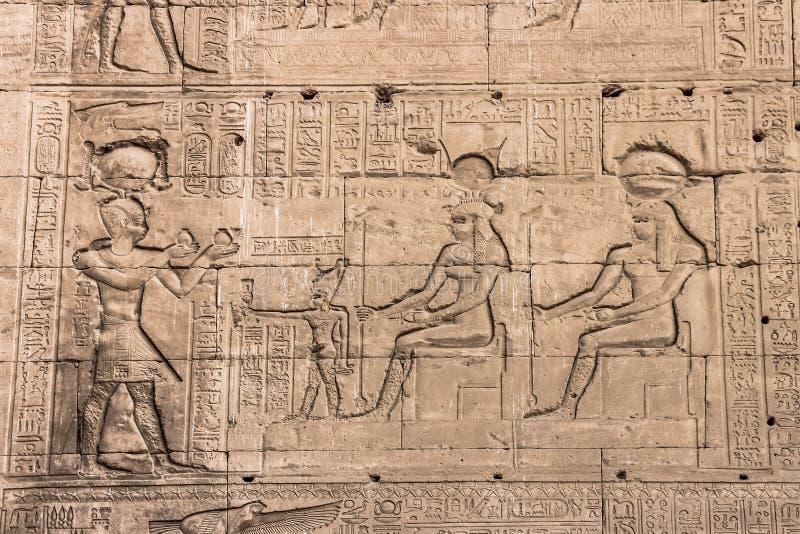 Parede do templo de Hathor em Dendera foto de stock