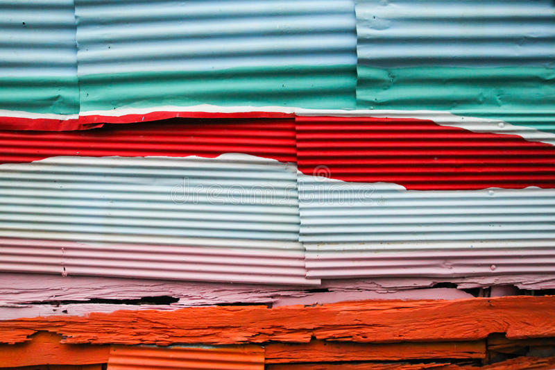 Parede do zinco e da madeira para o fundo foto de stock