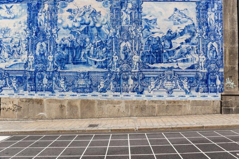 Parede dos azulejos do ` s da estação do bento do Sao em Porto imagem de stock royalty free