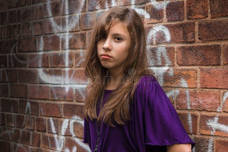 Parede dos grafittis da menina fotografia de stock
