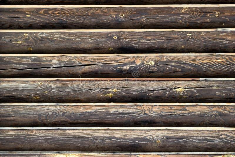 Parede dos registros de madeira Fundo com espa?o da c?pia Linhas horizontais de material de madeira resistido marrom escuro imagem de stock