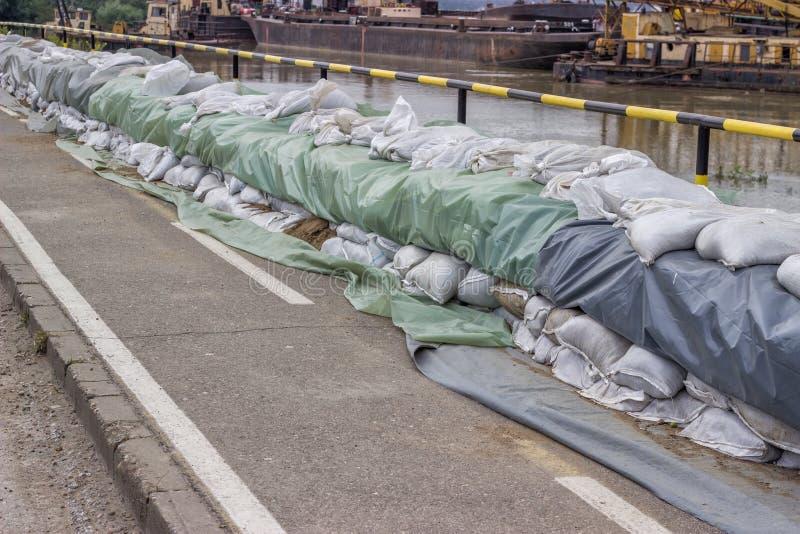 Parede dos sacos de areia para a defesa da inundação imagens de stock royalty free