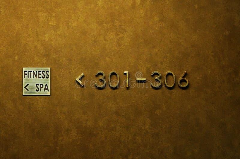 Parede dourada no hotel com sinais e salas fotografia de stock royalty free