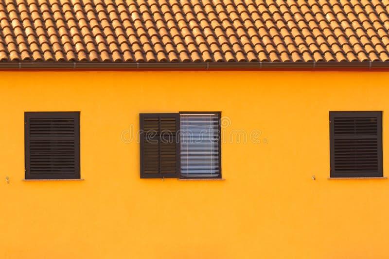 A parede e as janelas, arquitetura mediterranian imagem de stock