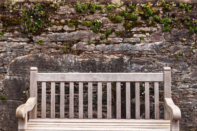 Parede e banco do jardim na casa de Muckross fotografia de stock royalty free