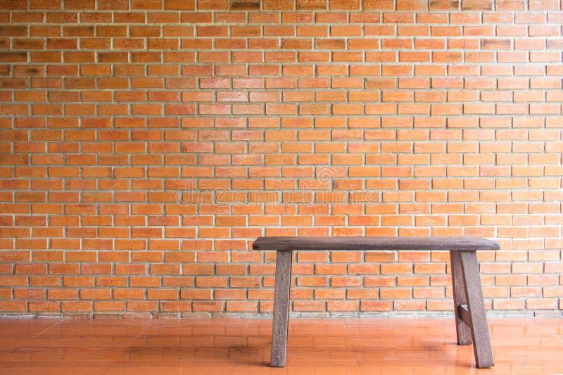 Parede e cadeira de tijolo fotografia de stock royalty free
