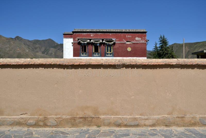 A parede e a casa atrás Lugar: em torno de Labrang Monaster foto de stock