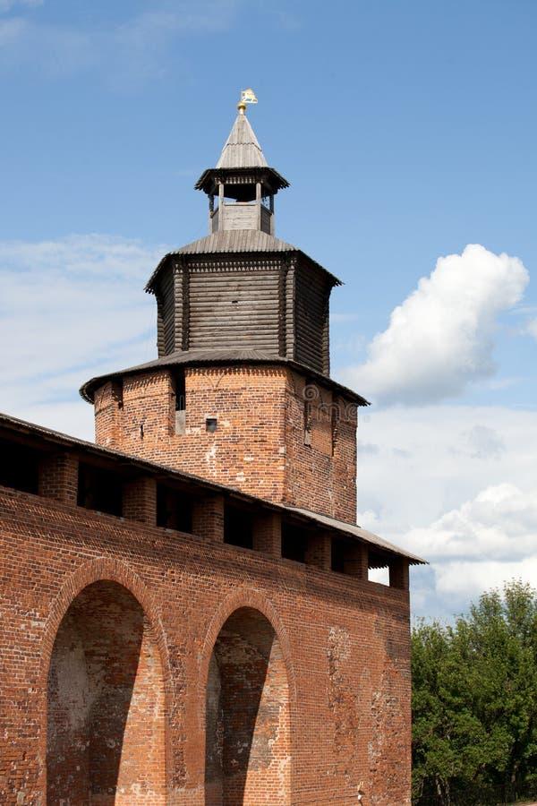 A parede e Chasovaya do Kremlin elevam-se em Nizhny Novgorod, Rússia foto de stock