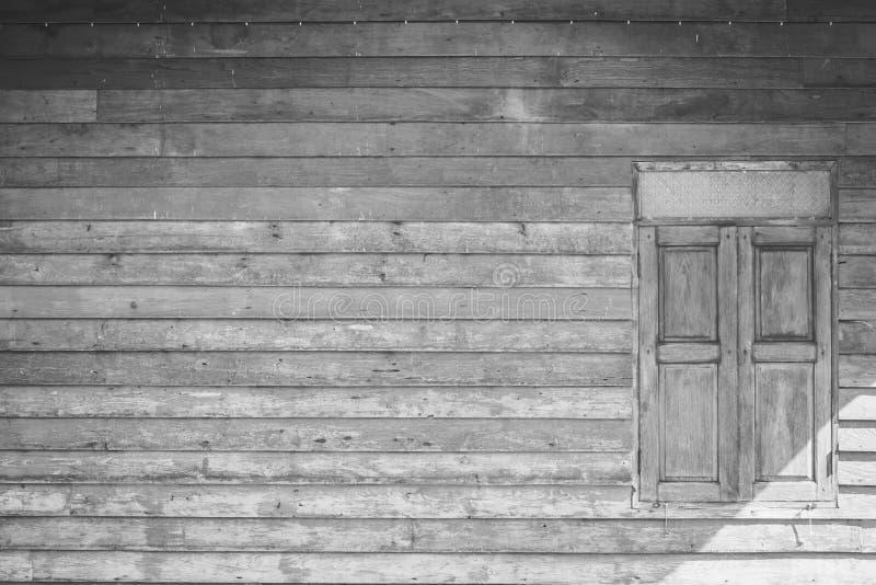 Parede e janela de madeira no estilo preto e branco do vintage fotografia de stock
