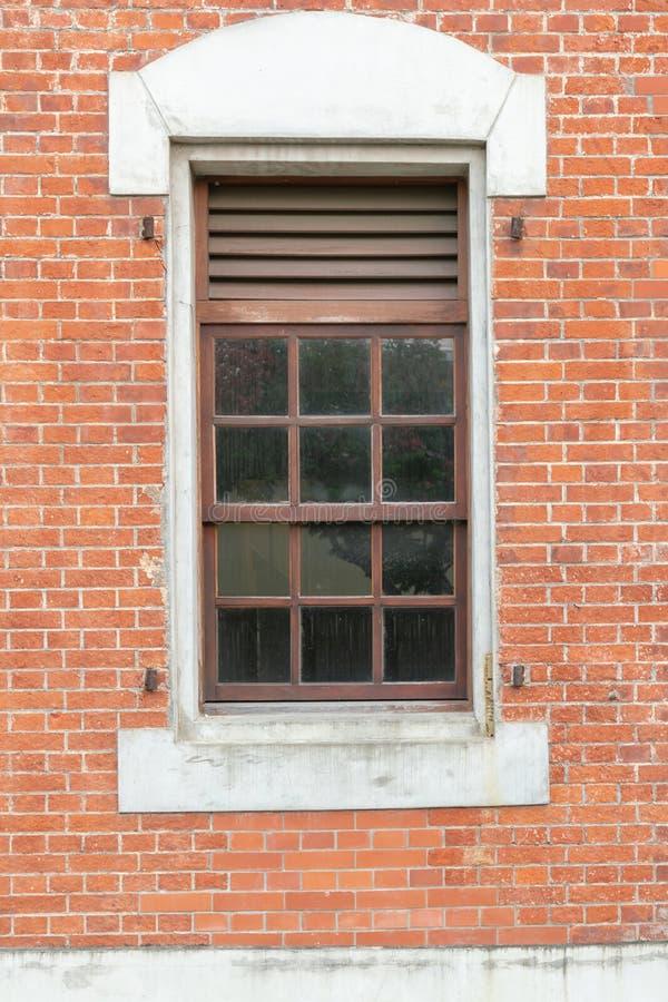 Parede e janela marrons antigas de tijolo fotografia de stock