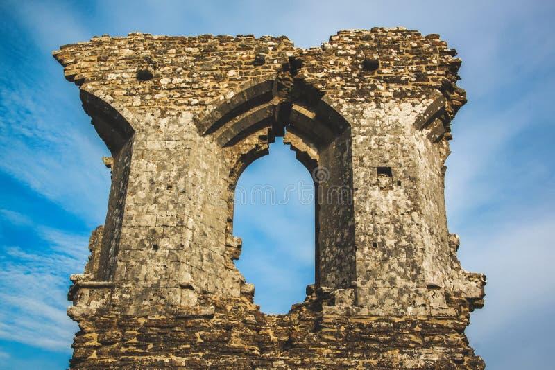 Parede e janela velhas do castelo com fundo do céu azul foto de stock royalty free