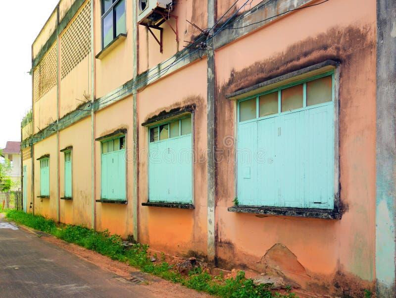 Parede e janelas antigas em Trang, Tailândia imagem de stock