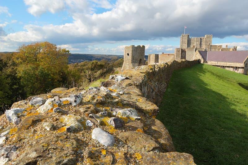 A parede e o castelo de Dôvar foto de stock