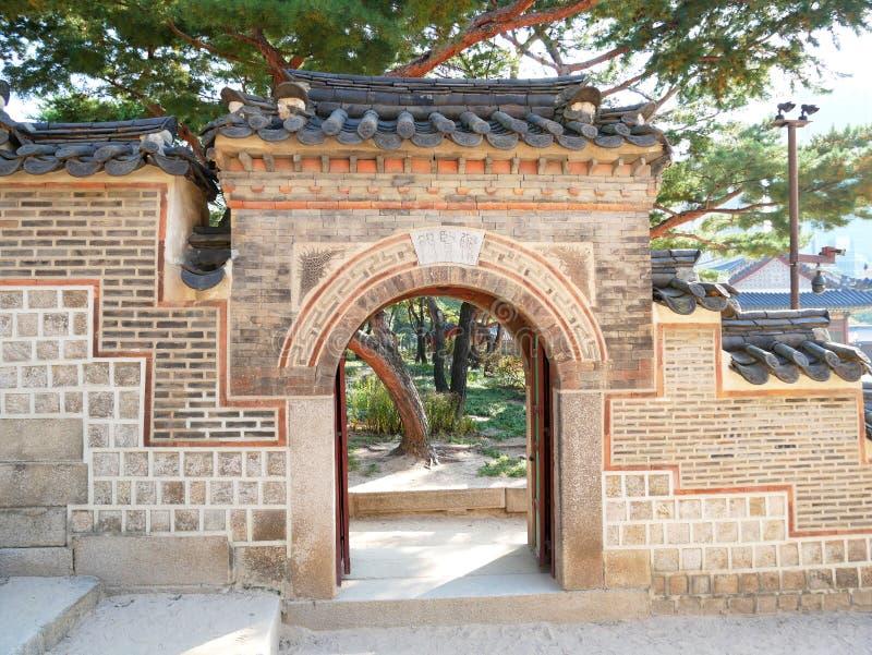 Parede e porta no palácio de Deoksugung fotografia de stock