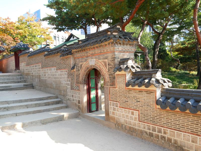 Parede e porta no palácio de Deoksugung fotos de stock