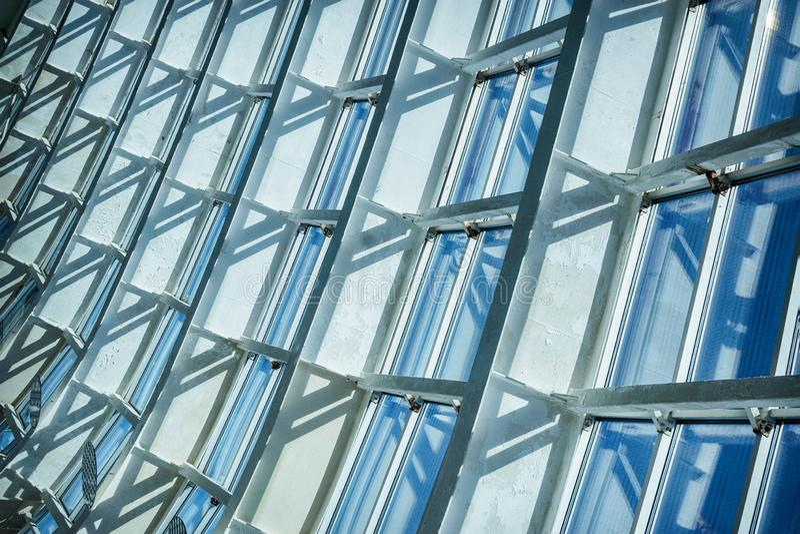 Parede e teto de vidro do prédio de escritórios moderno, fundo abstrato azul imagens de stock royalty free