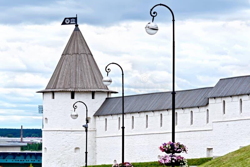 Parede e torre do Kremlin de Kazan imagem de stock