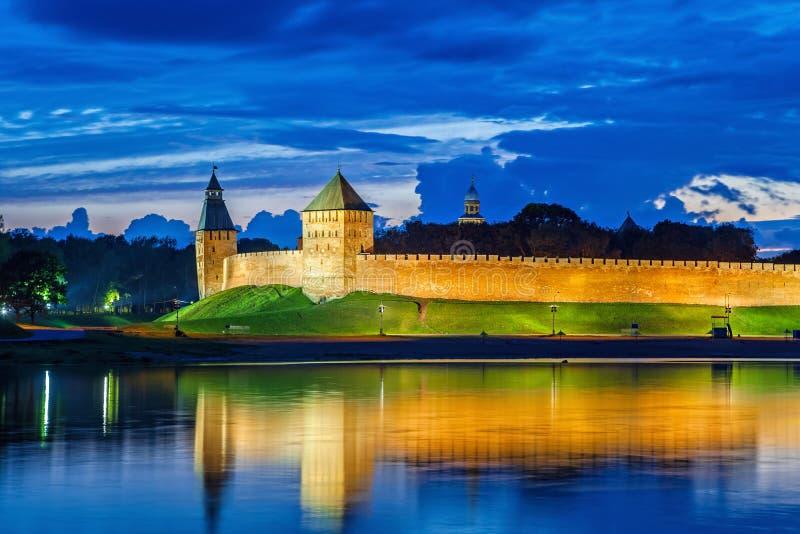 Parede e torres de Novgorod Veliky kremlin imagens de stock