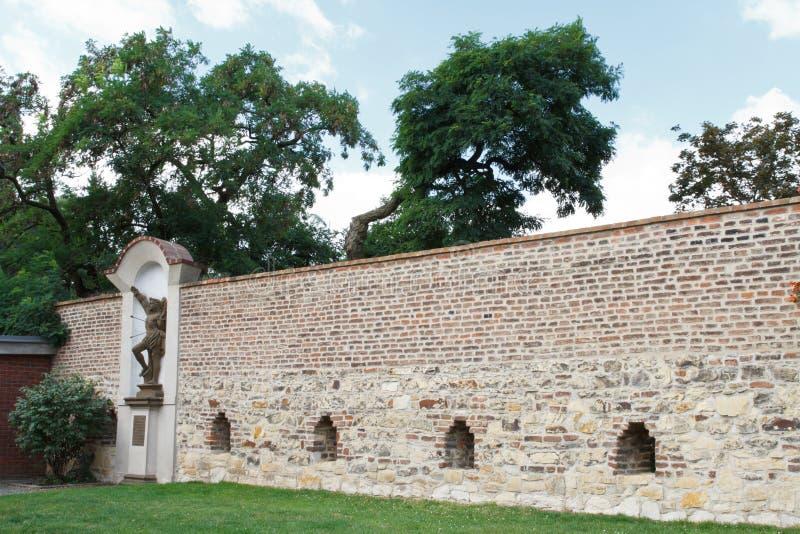 A parede em Visegrad decorou com uma estátua de St Sebastian Pragu imagens de stock