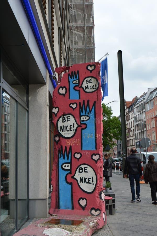 Parede enorme dos grafittis em Berlim na rua imagem de stock royalty free