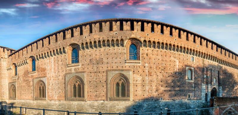 A parede exterior de Castello Sforzesco (castelo de Sforza) em Milão, I fotos de stock