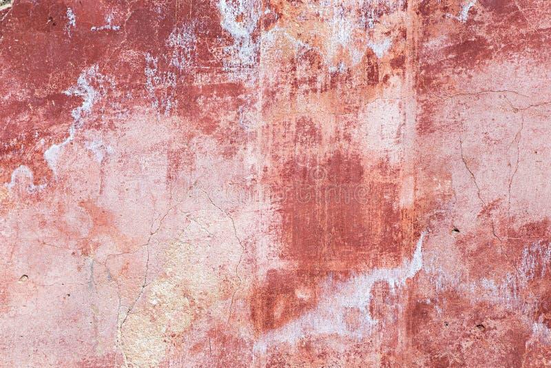Parede exterior resistida velha do vermelho imagem de stock