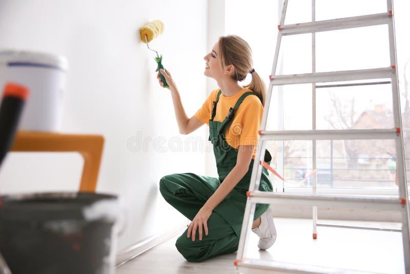 Parede fêmea nova da pintura do decorador fotos de stock