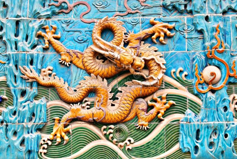 Parede famosa do dragão da dinastia de Qing em Beijing central imagem de stock
