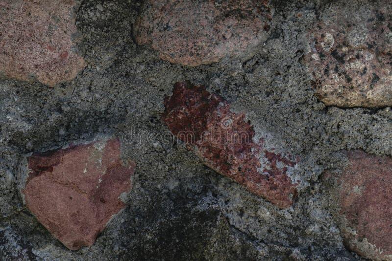 Parede feita das pedras e da superfície vermelhas do fundo do cimento fotografia de stock royalty free