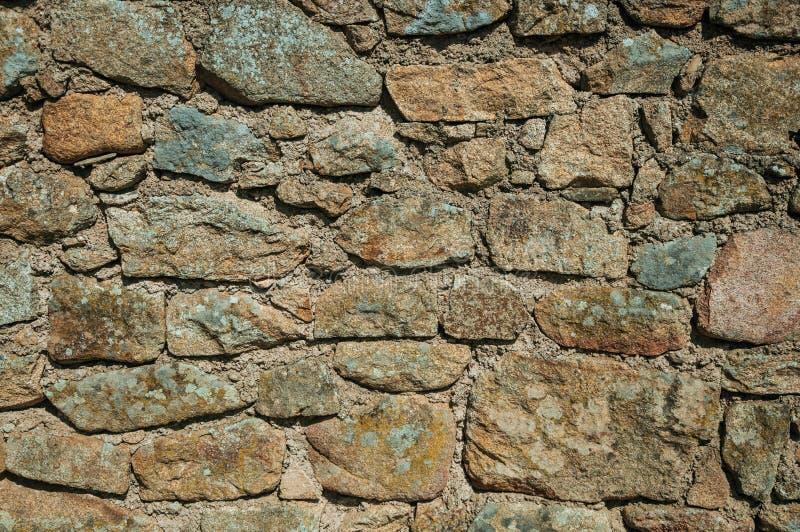 Parede feita das pedras que formam um fundo singular em Monsanto fotografia de stock
