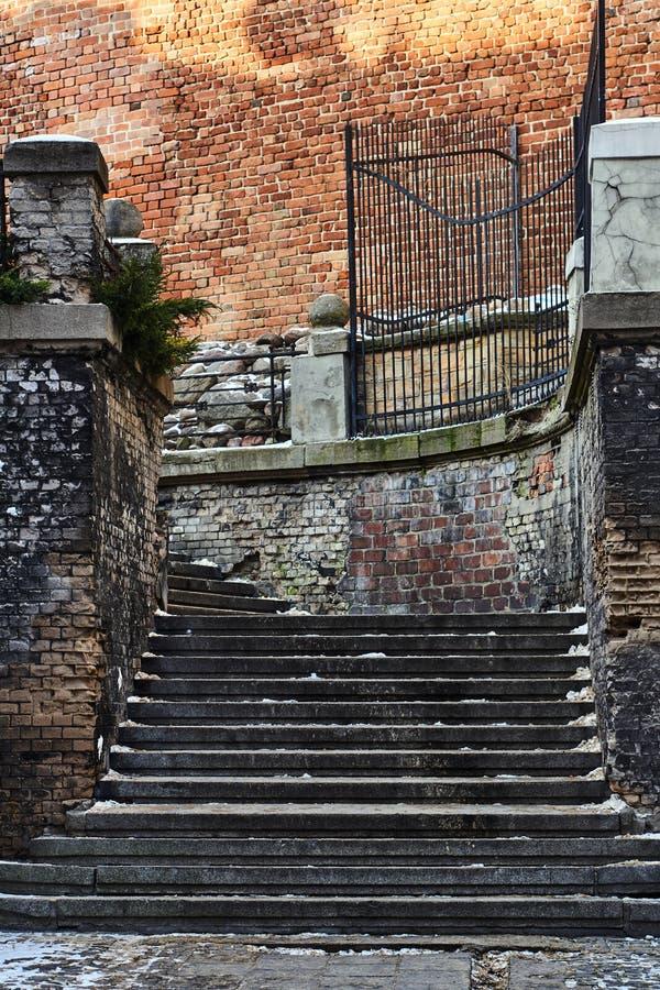 Parede feita de escadas do tijolo e da pedra fotos de stock royalty free